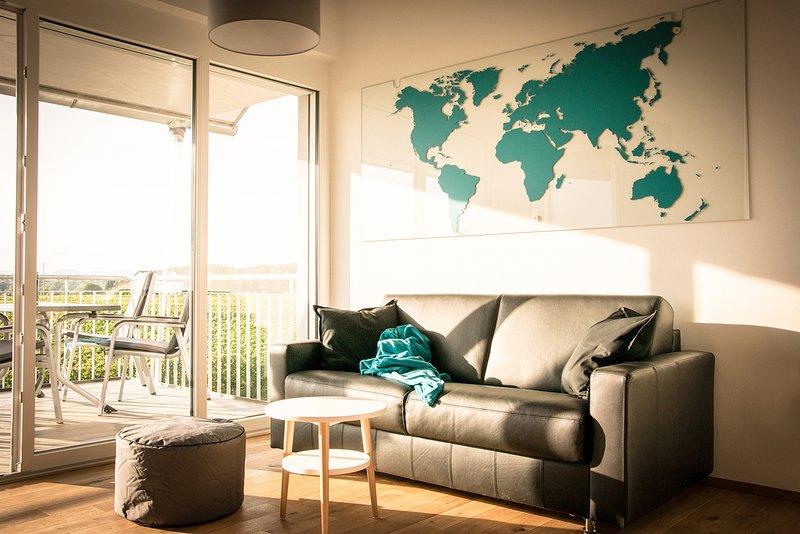 Ausziebares Leder-Sofa im Wohnzimmer, bietet weitere Schlafmöglichkeit.