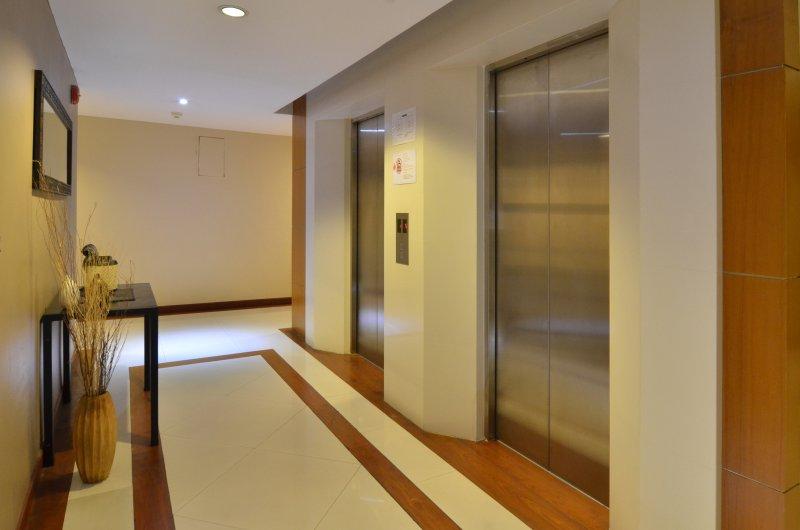 2 elevadores, hall maneiras nicly decorados