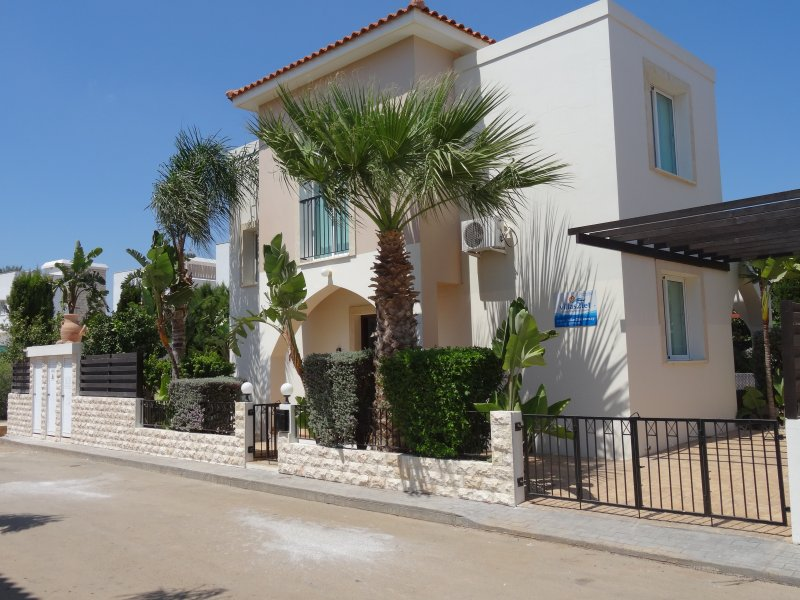 5* Unique Luxurious Detached Villa with Private Pool (8x4) fenced - FREE WIFI, vacation rental in Paralimni