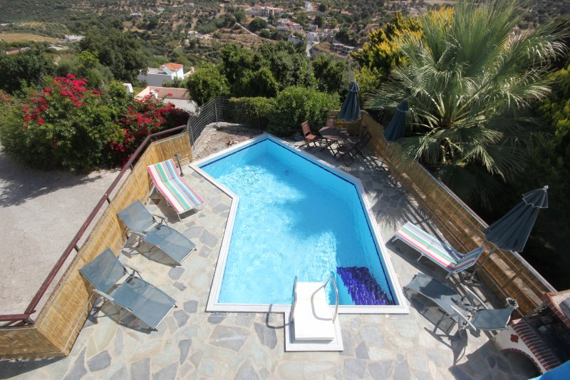 Hermosas vistas de las montañas y el mar desde una piscina en la cima de la colina.