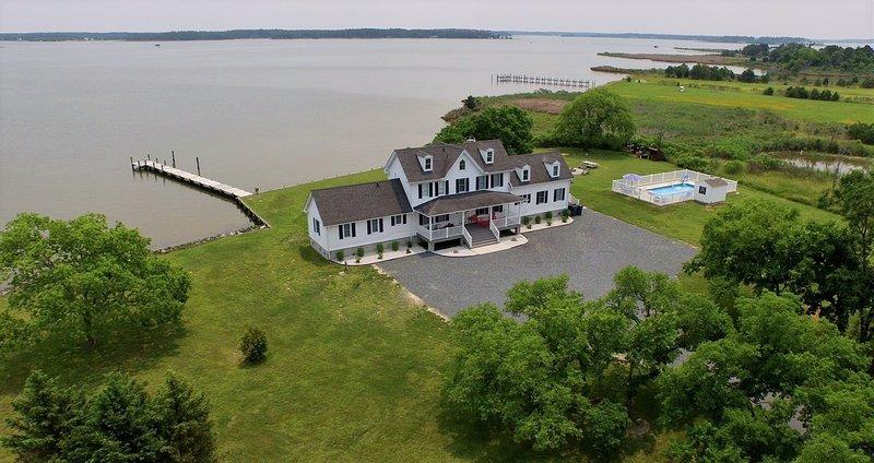 El Gráfico House dispone de 5 dormitorios y 3 1/2 BA con piscina, pozo de fuego, muelle privado, una playa pequeña y más