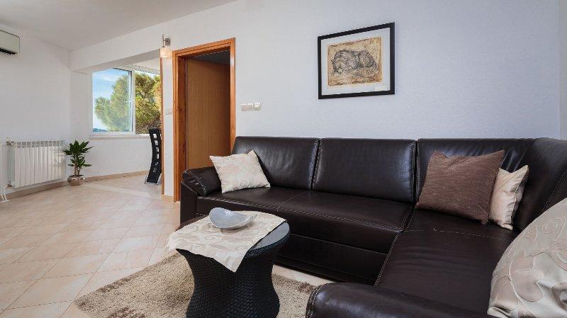 H(6+2): living room