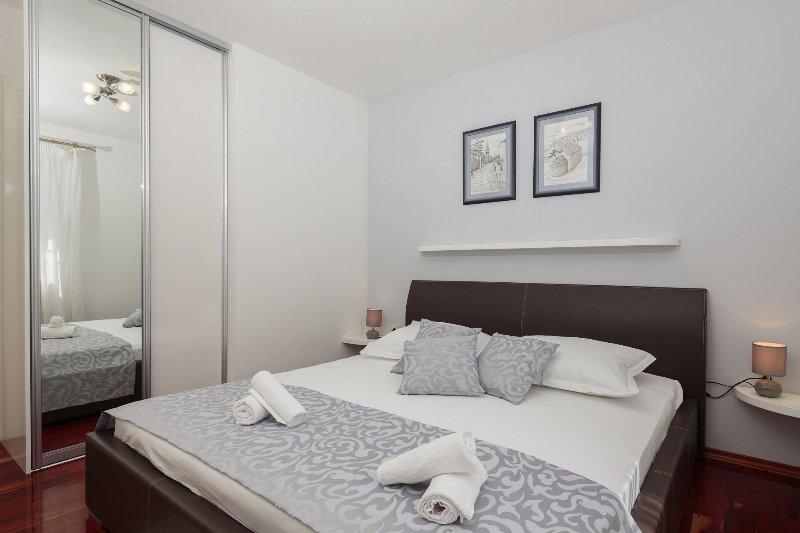 H(6+2): bedroom