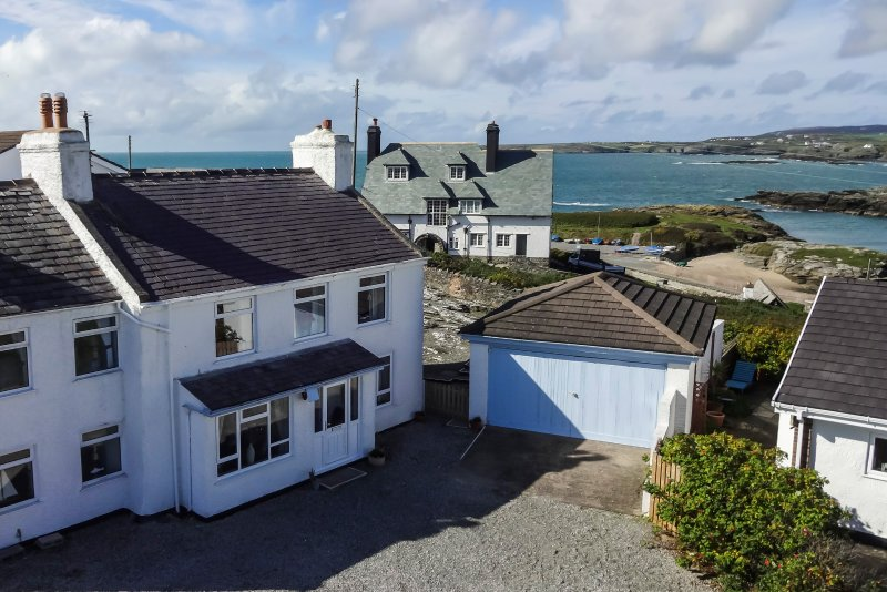 Porth Diana House, Spacious seaside house with great views., vacation rental in Trearddur Bay