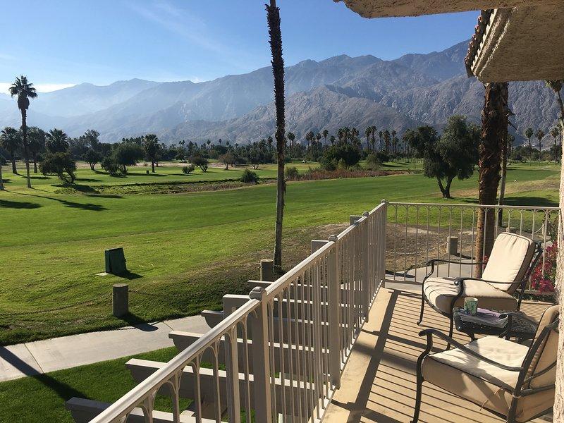 Explora Palm Springs 2 dormitorios, condominio de alquiler vacacional de 2 cuarto de baño que ofrece espectaculares vistas a la montaña desde el balcón privado.
