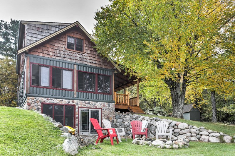 Lakefront Mercer Cabin w/2 Lofts, Fire Pit & Porch, location de vacances à Butternut