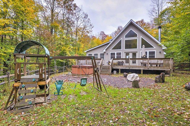 Pocono Lake Home w/ Hot Tub & Resort Amenities!, holiday rental in Bear Creek