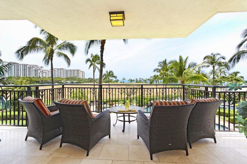 Aunque solo está en el tercer piso, puede disfrutar de una vista del océano desde su terraza
