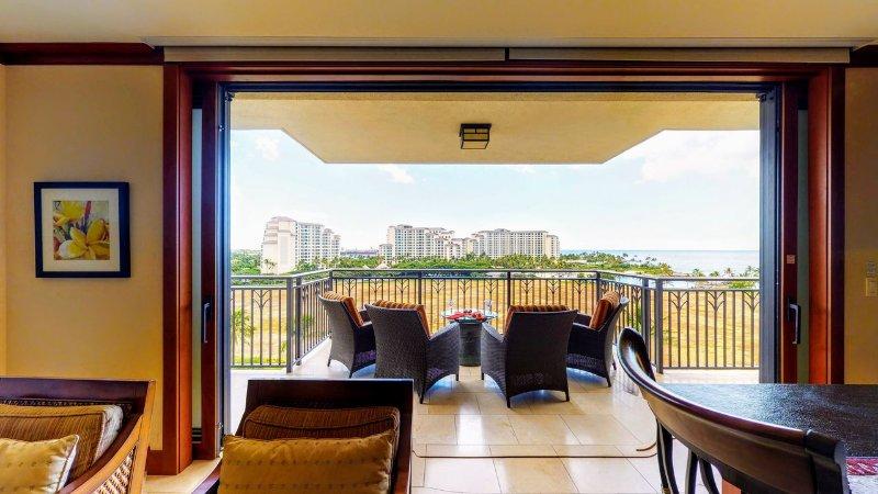 Goditi una vista aerea della piscina lagunare e dell'oceano dal tuo salotto