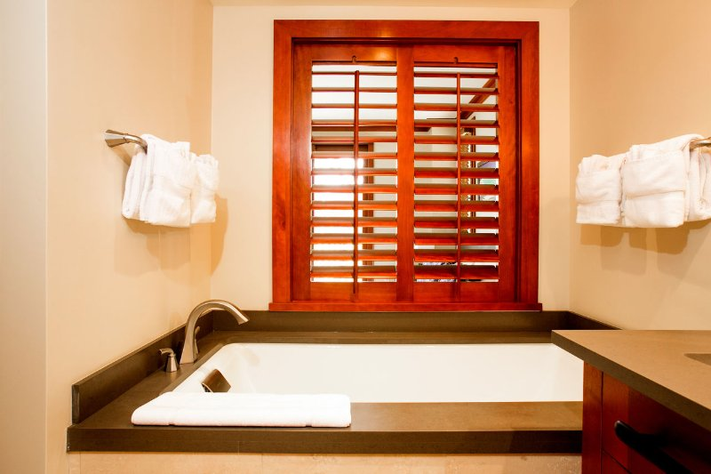 Ahhhh... Here's that Large / Deep Soaking Tub for Relaxing after a Hard Day at the Beach.