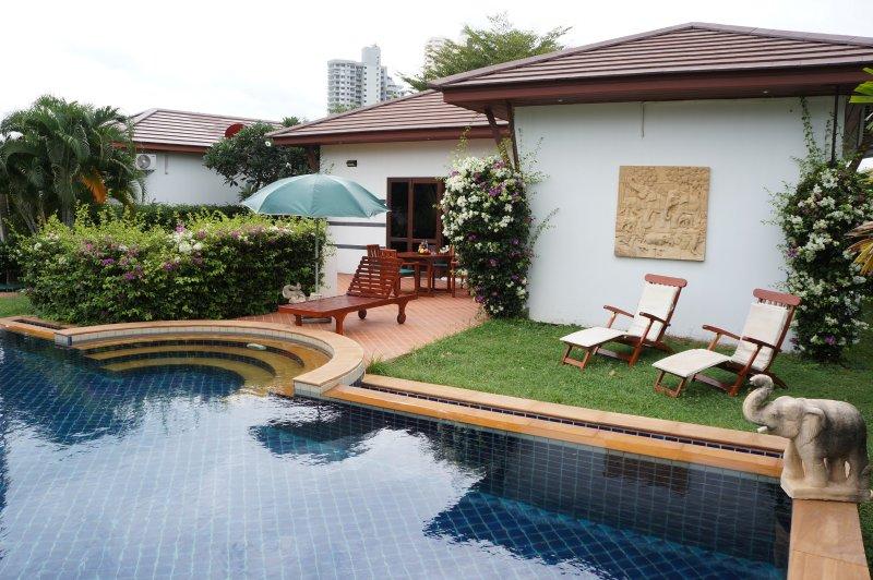 Tropicana Villa con piscina per 4 persone, vacation rental in Rayong