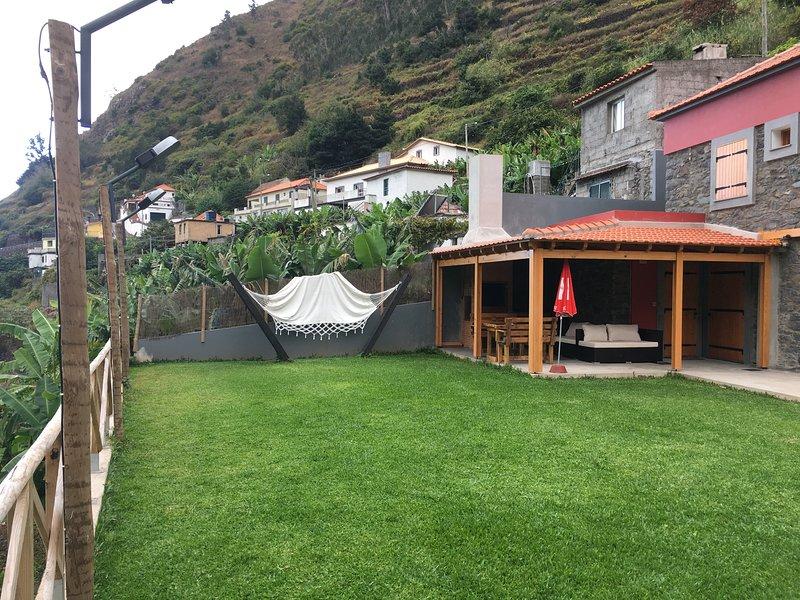 Casa rural em pedra situada no campo, aluguéis de temporada em Ponta Do Sol