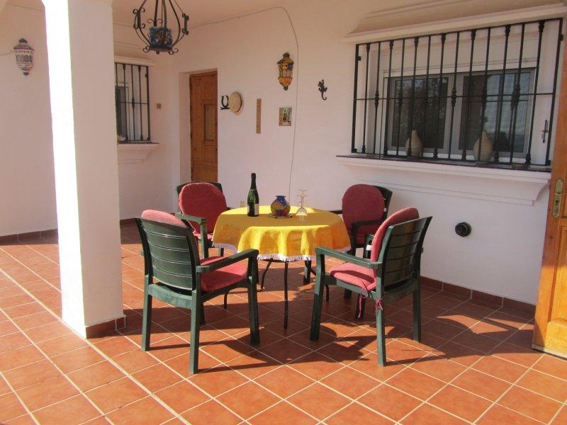 De nuevo el patio cubierto con la puerta de la cocina en la parte derecha