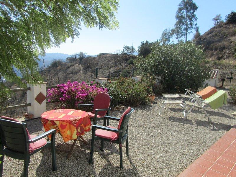 orientación sur zona de patio, ideal para tomar el sol y comer al aire libre de nuevo totalmente privado. Barbacoa.
