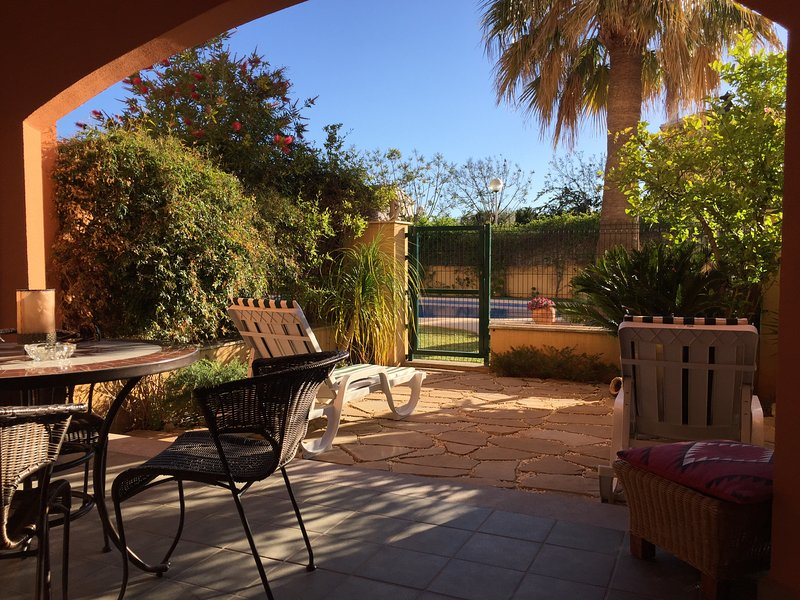 Lovely One Bedroom, Sunny Garden Flat, Pool, Jacuzzi, UKTV, WIFI,  Javea Port., Ferienwohnung in Javea