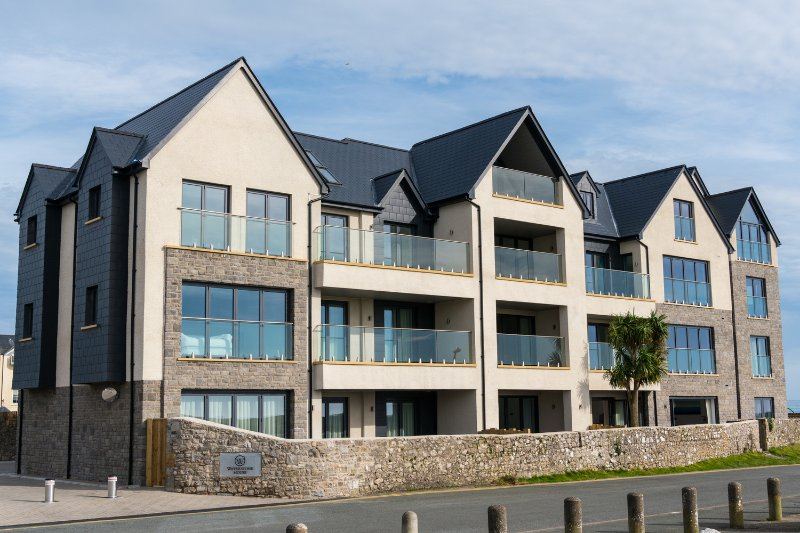 New and Exclusive Luxury Apartment with Hot Tub and Spectacular Sea Views, Ferienwohnung in Tenby