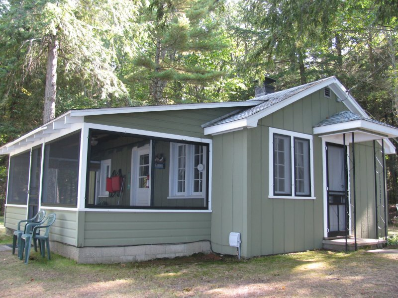 Twin Birch Resort - Lakefront Green Cottage, alquiler de vacaciones en Benzie County