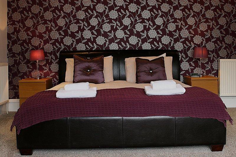 El dormitorio principal con cama de tamaño extra grande