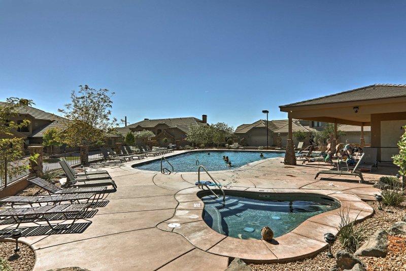 Situada en Coral Ridge, esta casa ofrece acceso a piscinas comunitarias.