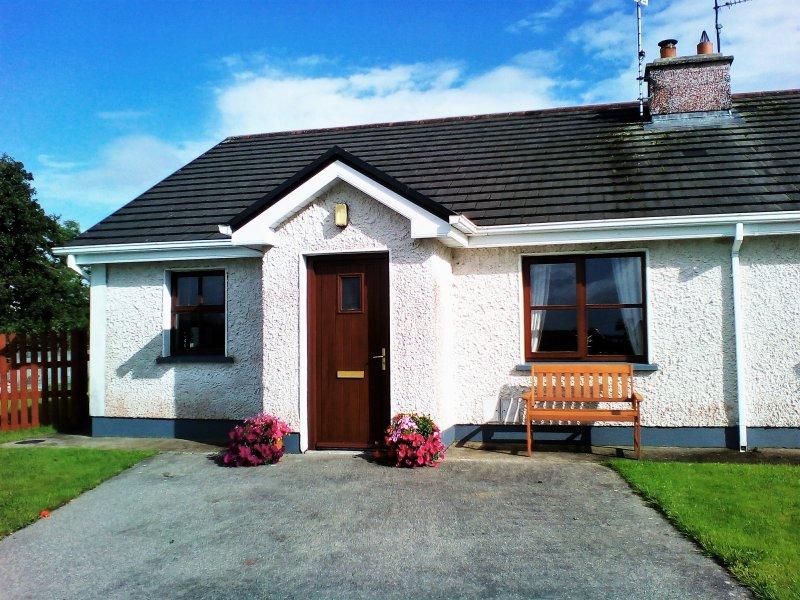 WILD ATLANTIC WAY. cosy two bedroom bungalow, sleeps 4 guests, Ferienwohnung in Enniscrone