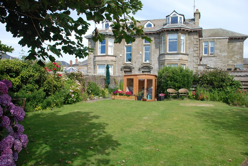 Beachfront 8 Bedroom Villa (c1870) with Stunning Views to Arran and Royal Troon, vakantiewoning in Saltcoats