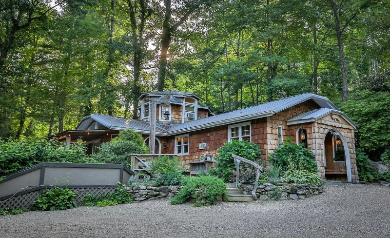 Willow Falls Waterfall Property: 2 Stunning Homes 6 Bedrooms on 5 private Acres, holiday rental in Flat Rock