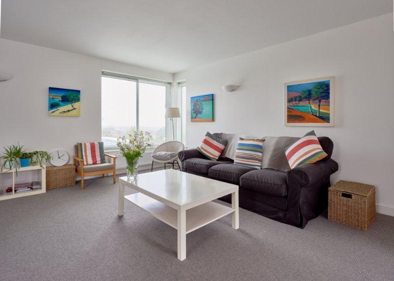 Amplia sala de estar de planta abierta con vistas lejanas de las hermosas colinas de Cotswold y más allá.