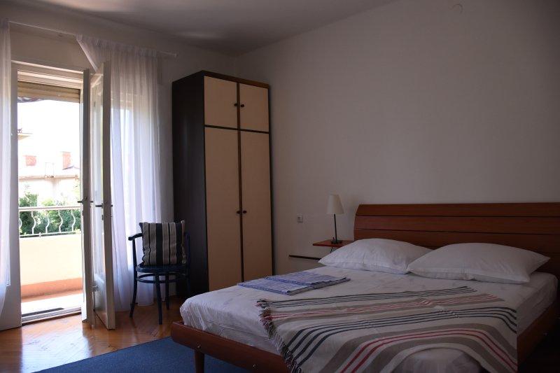 """Quarto, tem um balcony.Beach """"Bacvice"""", centro de Split, restaurantes, etc.is a uma curta distância."""