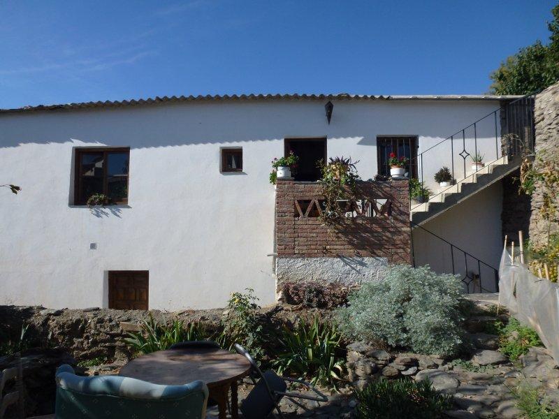 Casa Platera. Cómoda habitación privada con baño en una casa de pueblo tradicional alpujarreño.