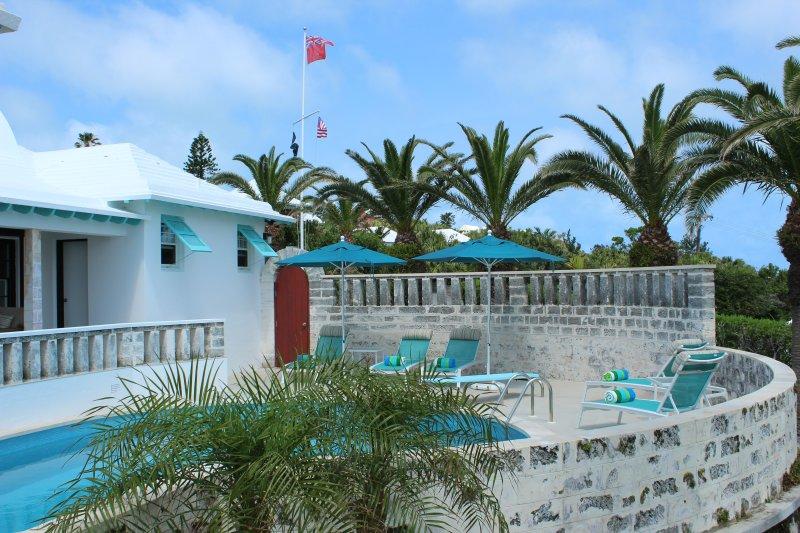Mirando hacia el oeste en la zona de la piscina y la terraza.
