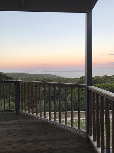 Genießen Sie die Ruhe des Busches mit einem erstaunlichen Blick auf das Meer.