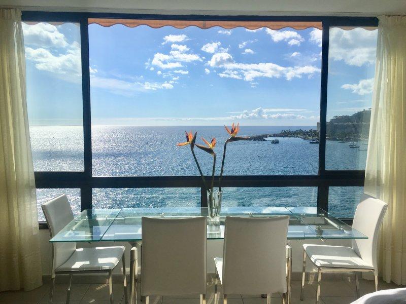 Área de comedor con una vista espectacular, se siente como si estuviera en un barco de cruceros