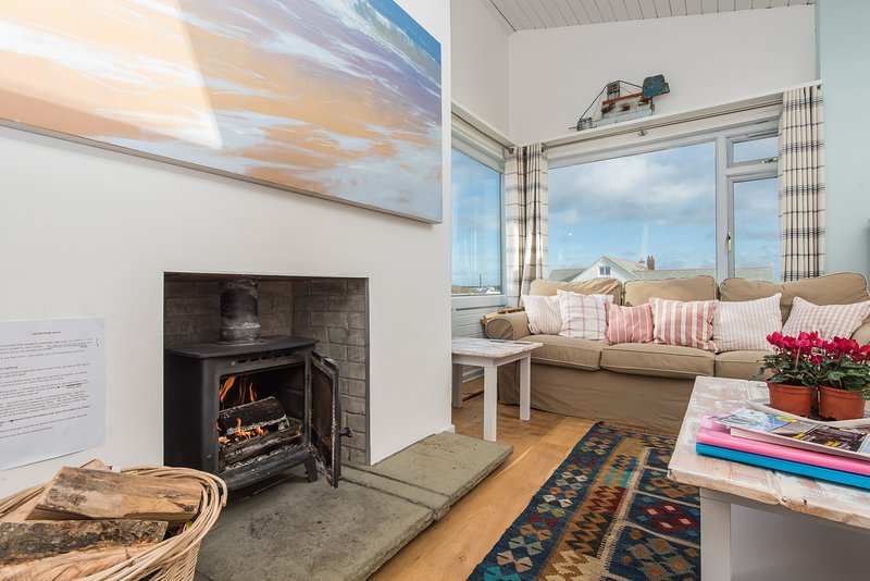 Tarian Haf: Restful Bungalow with sea views, wood burner, garden summer house, vacation rental in Trearddur Bay