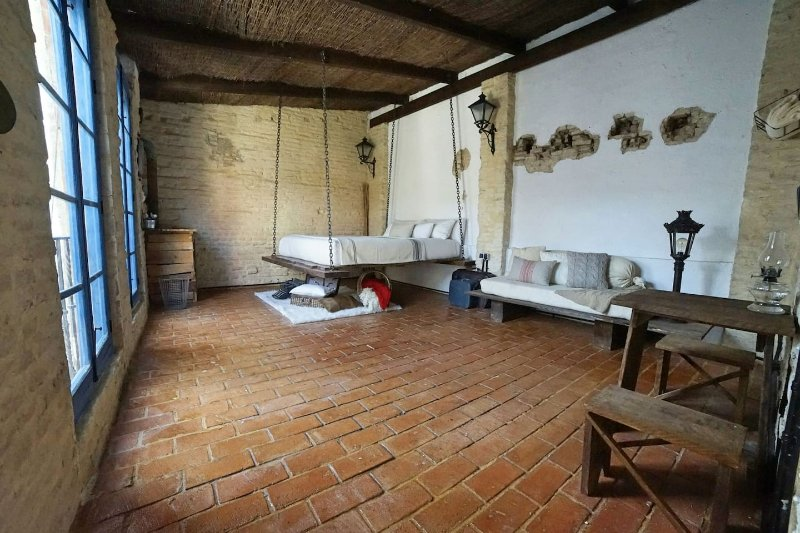 500 year old Santa Cruz Studio with rooftop, vacation rental in Seville