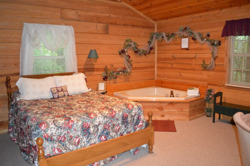Intimate & Romantic 'Poplar Place' Rustic Cabin for Couples, vacation rental in Townsend