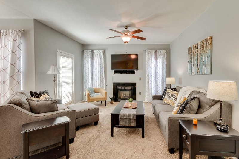 BEAUTIFUL condo with POOL, SPA & GARAGE!, vacation rental in Litchfield Park