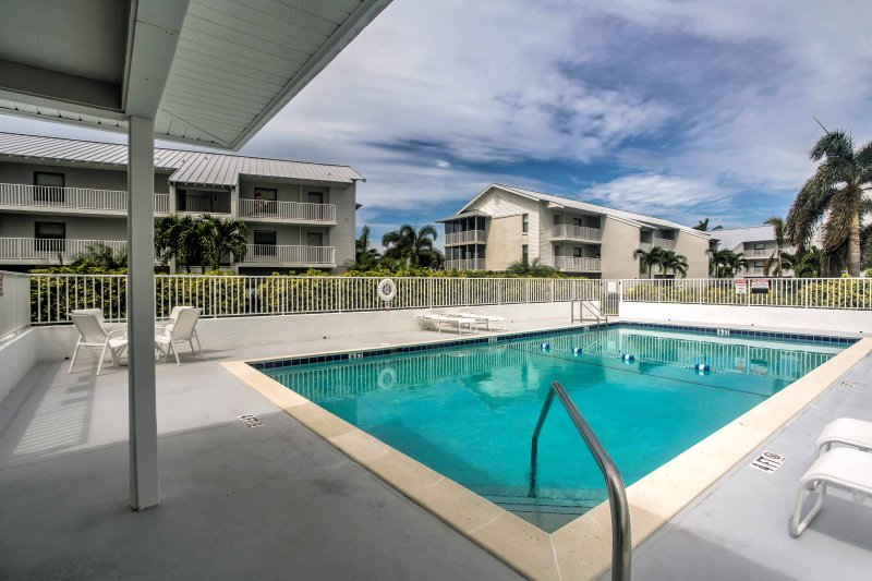 Ubicado en Four Winds Condominiums, tendrás acceso a una piscina comunitaria.