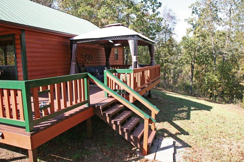 Escaleras permiten acceder fácilmente a la mesa de picnic y parrilla de la nueva y sorprendente porche.