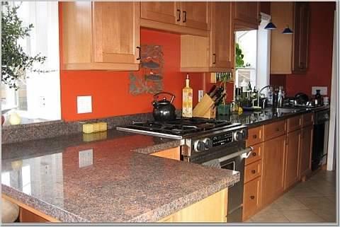 cucina aggiornato con lastra di granito, elettrodomestici in acciaio inossidabile, fornello a gas