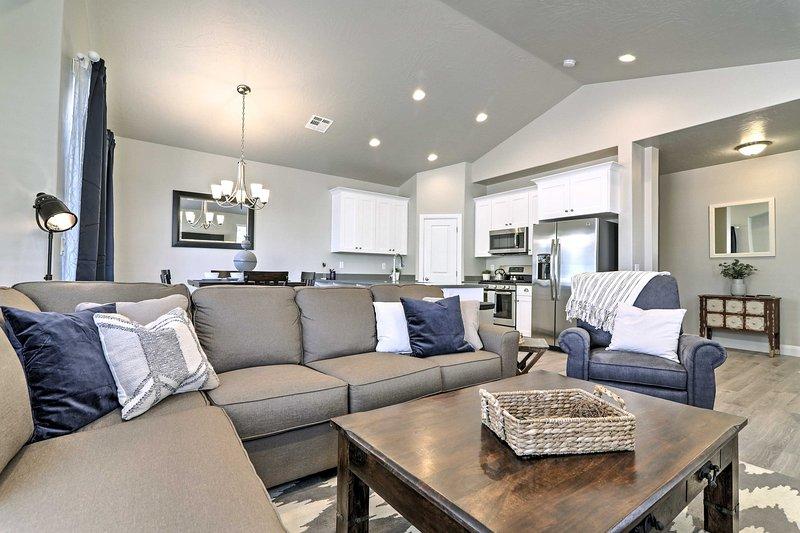Einrollen auf der L-förmigen Couch im Wohnzimmer.