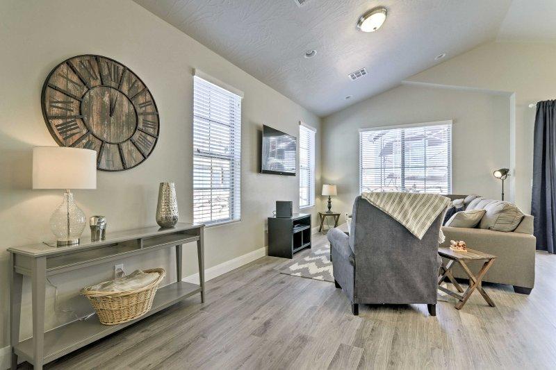 Der Open-Konzept Wohnraum ermöglicht es den Raum einwandfrei zusammen zu fließen.