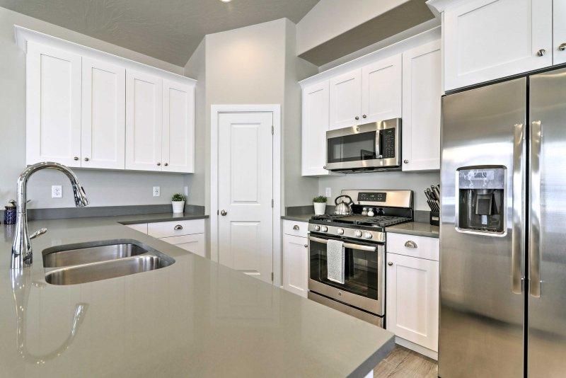 Nutzen Sie die Edelstahl-Geräte und ausreichend Ablagefläche in der voll ausgestatteten Küche vorgestellt.