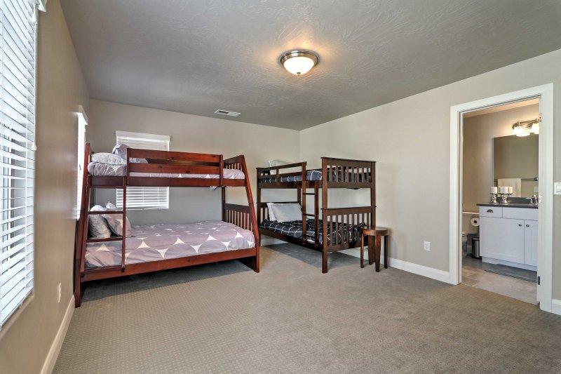 Senden Sie die Geschwister einen Platz auf den Twin-over-vollen und Twin-over-zwei Etagenbetten im dritten Schlafzimmer zu wählen.