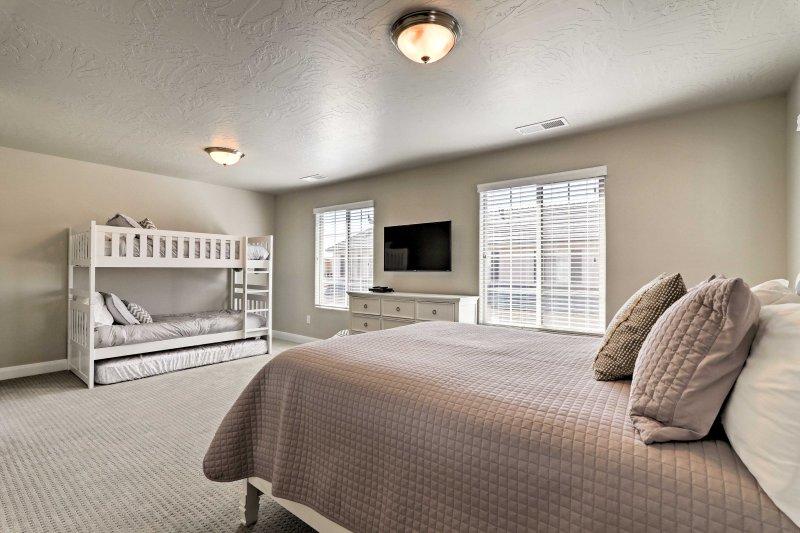 Dieses Zimmer verfügt auch über ein Twin-over-Doppelbett mit einer Doppel-Matratze für zusätzliche Gäste zu nutzen.
