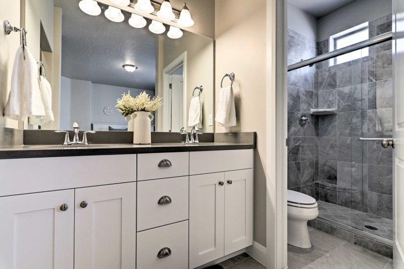 Die Master en-Suite verfügt über eine unberührte ebenerdiger Dusche und eine His-und-Hers Eitelkeit.