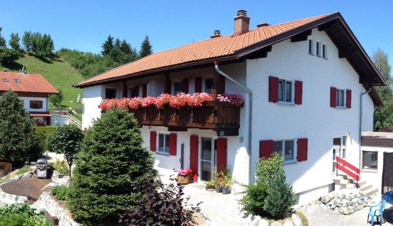 Helle Ferienwohnung in Nesselwang (KönigsCard inklusive), holiday rental in Nesselwang