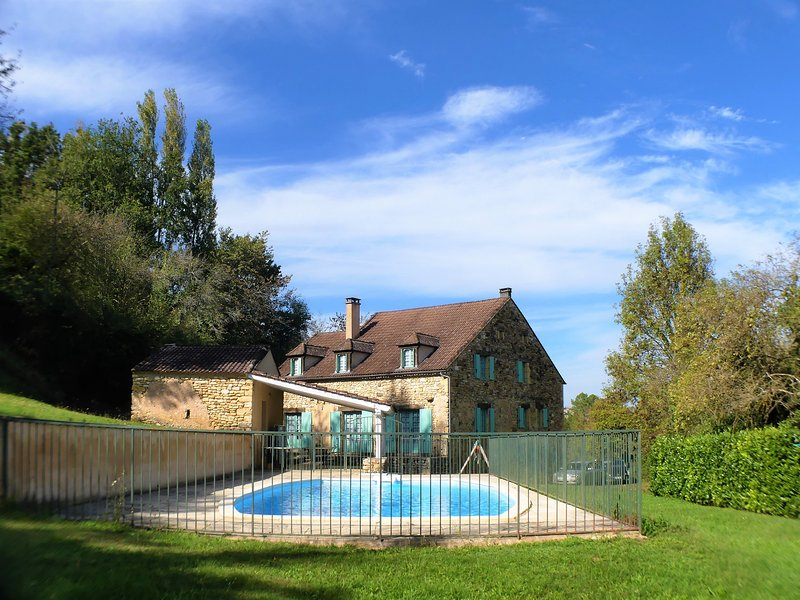 PATOULY: LOVELY FAMILY STONE HOUSE WITH ENCLOSED GARDEN, PRIVATE POOL & VIEWS, aluguéis de temporada em Sagelat