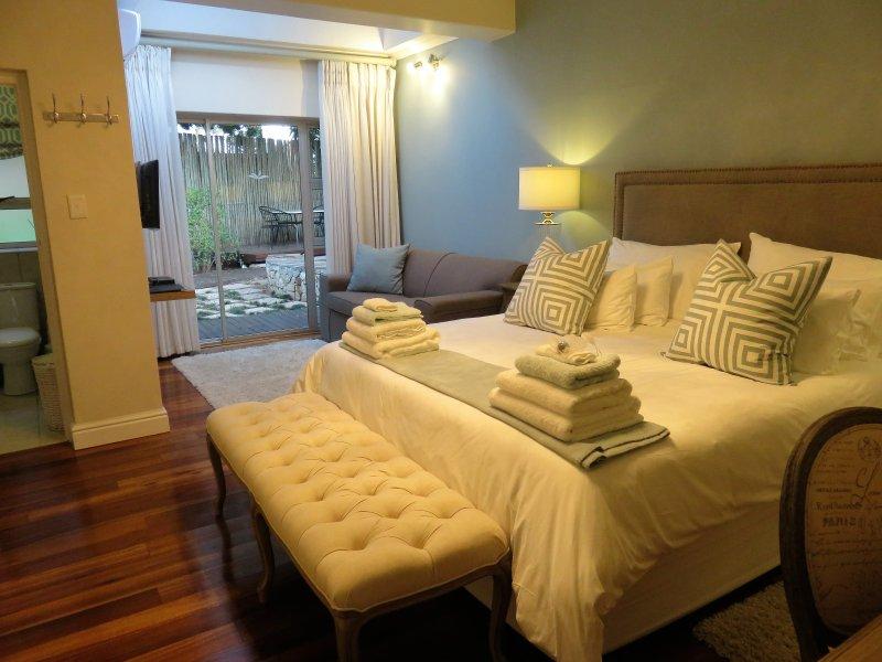 Island Way Villa Luxury King Unit 2, vacation rental in Clarendon Marine