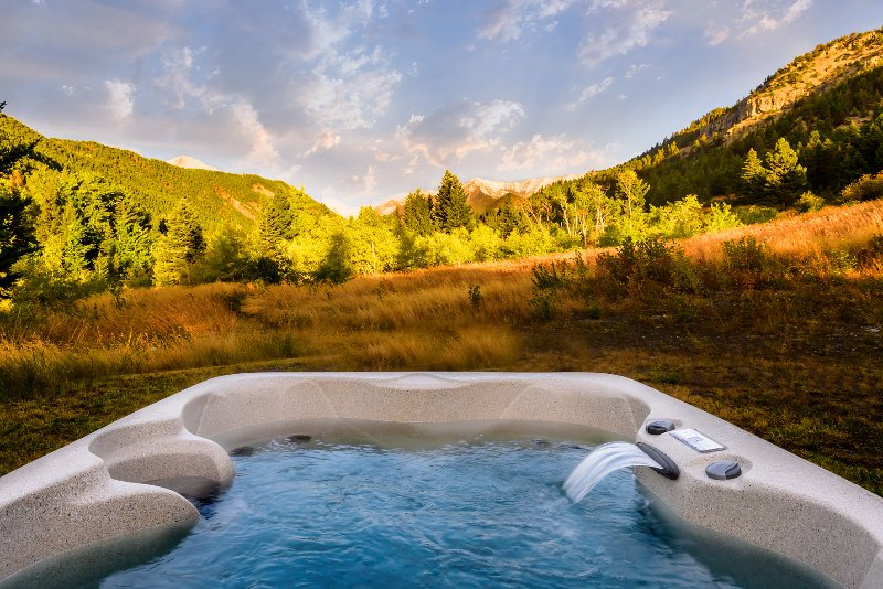 ***Elegant Mountain Cabin Getaway with Hot Tub and Air Conditioning!***, location de vacances à McLeod