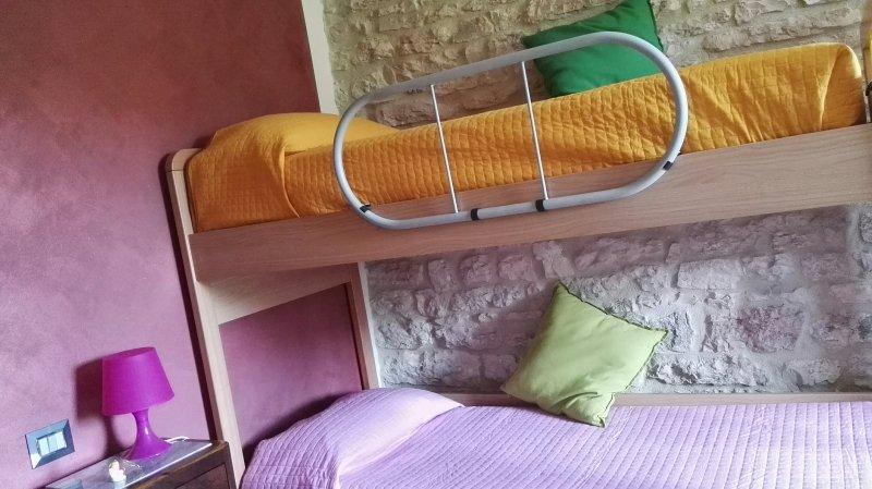 Cameretta con letto a castello e due letti